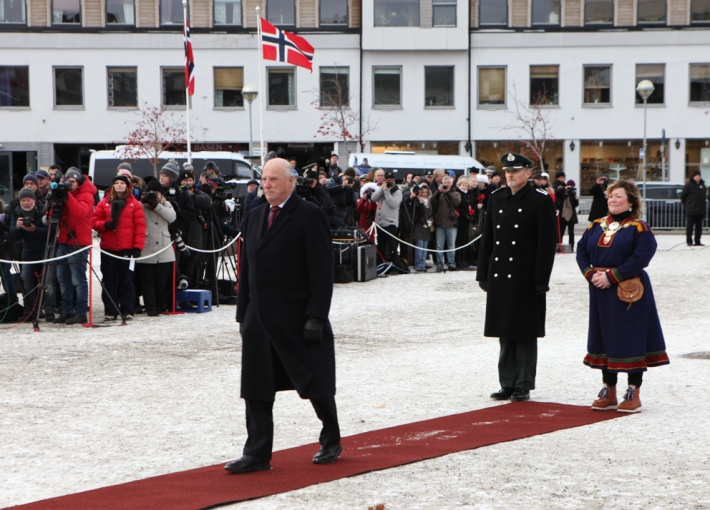 King Harald approaches the wreath © Karoline Hjorth & Riitta Ikonen