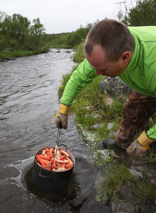A quick cold bath in the river to follow (this loosens the meat from the shell nicely) © Karoline Hjorth & Riitta Ikonen